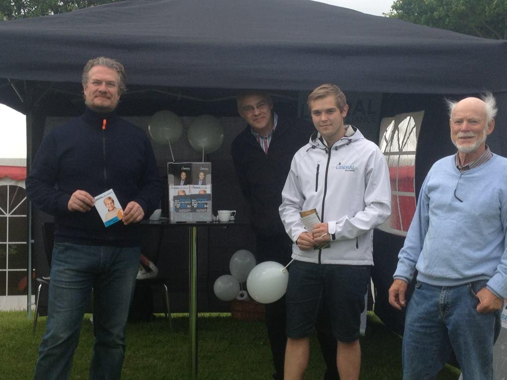 Henrik Dahl, Carl Andersen og Preben Hansen taler med borgerne i Øster Lindet.